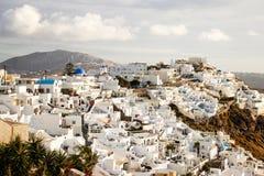 Uma vista panorâmica da cidade branca com telhados azuis imagem de stock