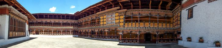 Uma vista panorâmica do dzong de Rinpung em Paro, Butão imagens de stock royalty free