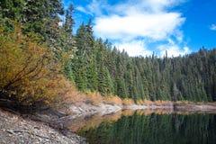 Uma vista panorâmica do lago do espelho em um dia ensolarado do outono com queda colorida Foto de Stock