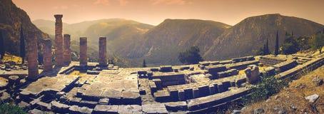 Uma vista panorâmica do templo do ` s de Apollo no local arqueológico famoso de Delphi em Grécia foto de stock