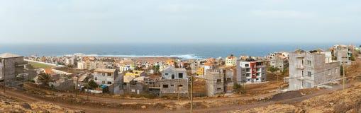 Uma vista panorâmica a Ponta faz o solenoide - uma cidade na ilha de Santo Antao, Cabo Verde Muito prédio de apartamentos novo pa fotografia de stock