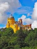 Uma vista para o palácio de Pena em Sintra, Portugal imagens de stock