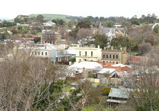 Uma vista para sul que negligencia o distrito histórico de Clunes, em Victoria central Foto de Stock