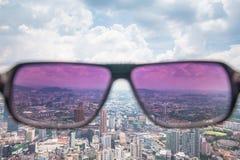 Uma vista passa completamente pelo óculos de sol imagens de stock royalty free