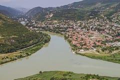 Uma vista pitoresca da altura à primeira capital de Georgia Mtskheta e de suas construções Foto de Stock