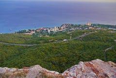 Uma vista pitoresca de uma grande vila com sanatórios e feriado dirige contra o contexto do mar azul infinito imagem de stock