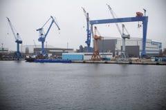 Uma vista portuária com guindaste em um estaleiro fotografia de stock