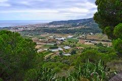 Uma vista que negligencia a cidade na Espanha imagens de stock royalty free