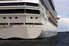 Uma vista severo de um grande navio de cruzeiros na porta Foto de Stock Royalty Free
