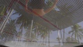 Uma vista sob o trampolim como um homem no short e o núcleo desencapado nela salta vídeos de arquivo