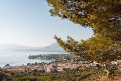 Uma vista sobre a cidade pequena de Porticello na luz da manhã Fotografia de Stock
