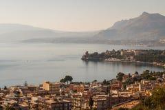Uma vista sobre a cidade pequena de Porticello na luz da manhã Imagens de Stock