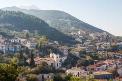 Uma vista sobre a vila de Kyparissia, Peloponnese foto de stock