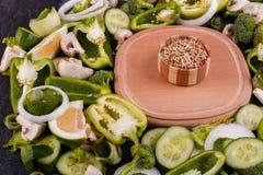 Uma vista superior na placa de madeira e em vegetais verdes frescos Conceito do alimento Imagens de Stock Royalty Free