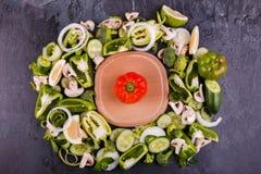 Uma vista superior na placa de madeira e em vegetais verdes frescos Conceito do alimento Fotografia de Stock