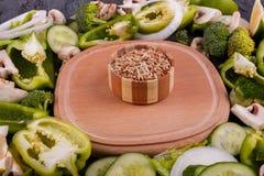Uma vista superior na placa de madeira e em vegetais verdes frescos Conceito do alimento Fotografia de Stock Royalty Free