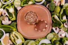 Uma vista superior na placa de madeira e em vegetais verdes frescos Conceito do alimento Fotos de Stock