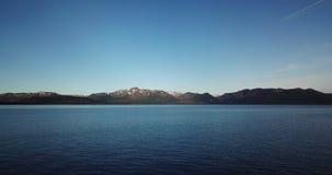 Uma vista surpreendente do das montanhas e do Lake Tahoe do dron filme