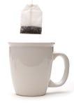 Uma vista vertical de um teabag sobre um copo branco fotografia de stock