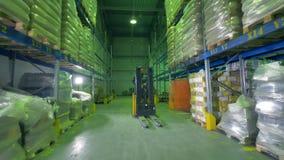Uma volta rápida de um empilhador do armazém durante o trabalho video estoque