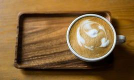 Uma xícara de café é posta sobre a bandeja de madeira foto de stock royalty free
