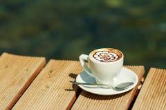 Uma xícara de café, arte do cappuccino, arte do latte, latte, cappuccino xícara de café profissional isolada Estilo retro Fotografia de Stock Royalty Free