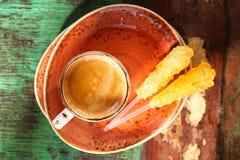 Uma xícara de café com as varas do açúcar na madeira Imagem de Stock Royalty Free
