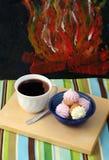 Uma xícara de café com biscoitos imagem de stock royalty free
