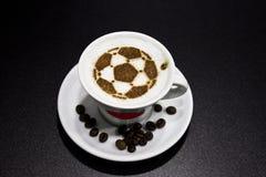 Uma xícara de café com bola de futebol Fotos de Stock