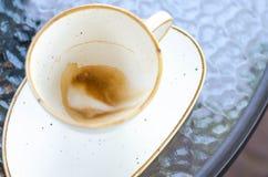 Uma xícara de café com espuma nas paredes do potenciômetro foto de stock royalty free