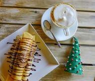Uma xícara de café com panqueca fotos de stock royalty free