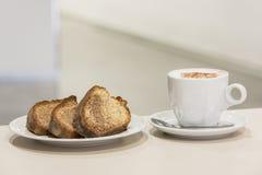 Uma xícara de café com pedaços de bolo Fotografia de Stock