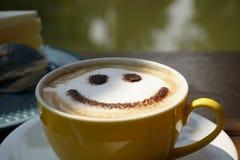 Uma xícara de café com seja sorriso Imagem de Stock Royalty Free