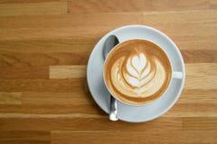 Uma xícara de café com teste padrão das folhas Fotografia de Stock Royalty Free