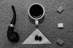 Uma xícara de café com uma tubulação imagens de stock