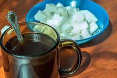 Uma xícara de café e um açúcar refinado Imagens de Stock