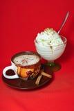 Uma xícara de café e um gelado Foto de Stock Royalty Free