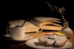 Uma xícara de café e um pão-de-espécie na tabela fotografia de stock royalty free