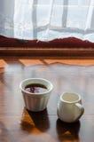 Uma xícara de café e um potenciômetro da abelha do mel Fotografia de Stock Royalty Free
