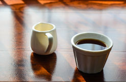 Uma xícara de café e um potenciômetro do huney Imagens de Stock Royalty Free