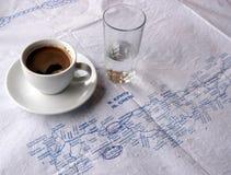 uma xícara de café e um vidro da água Fotografia de Stock