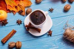 Uma xícara de café em uma tabela azul com maçãs Imagem de Stock Royalty Free