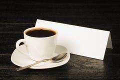 Uma xícara de café em um fundo de um cartaz com sala para o texto Fotos de Stock