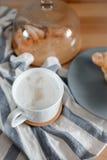 Uma xícara de café em uma toalha de cozinha Fotos de Stock Royalty Free