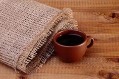 Uma xícara de café na tabela fotografia de stock royalty free