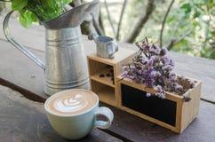 Uma xícara de café na tabela de madeira Imagens de Stock