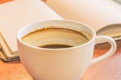Uma xícara de café na tabela de madeira Fotografia de Stock Royalty Free