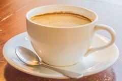 Uma xícara de café na tabela de madeira Foto de Stock Royalty Free