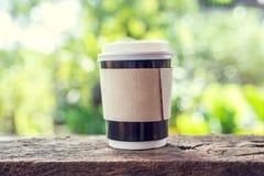 Uma xícara de café na tabela de madeira com fundo do bokeh Imagem de Stock Royalty Free
