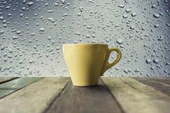 Uma xícara de café na tabela de madeira com fundo do céu azul Foto de Stock Royalty Free